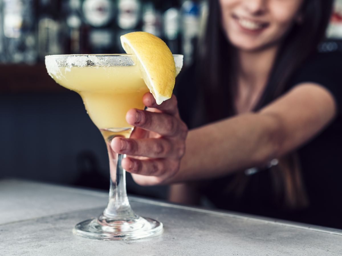 barmanka podaje żółtego drinka