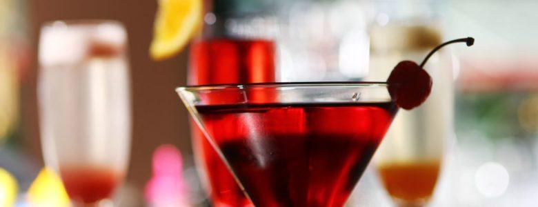 czerwony drink z wisieńką