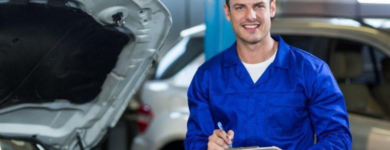mechanik przy aucie z notatnikiem